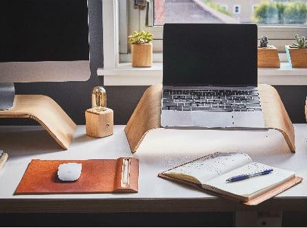 שולחן עבודה בפינת עבודה ביתית