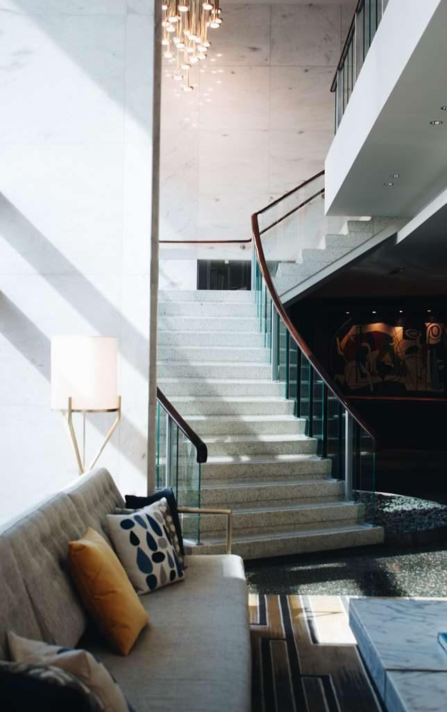 מדרגות עם מעקה ברזל ועץ