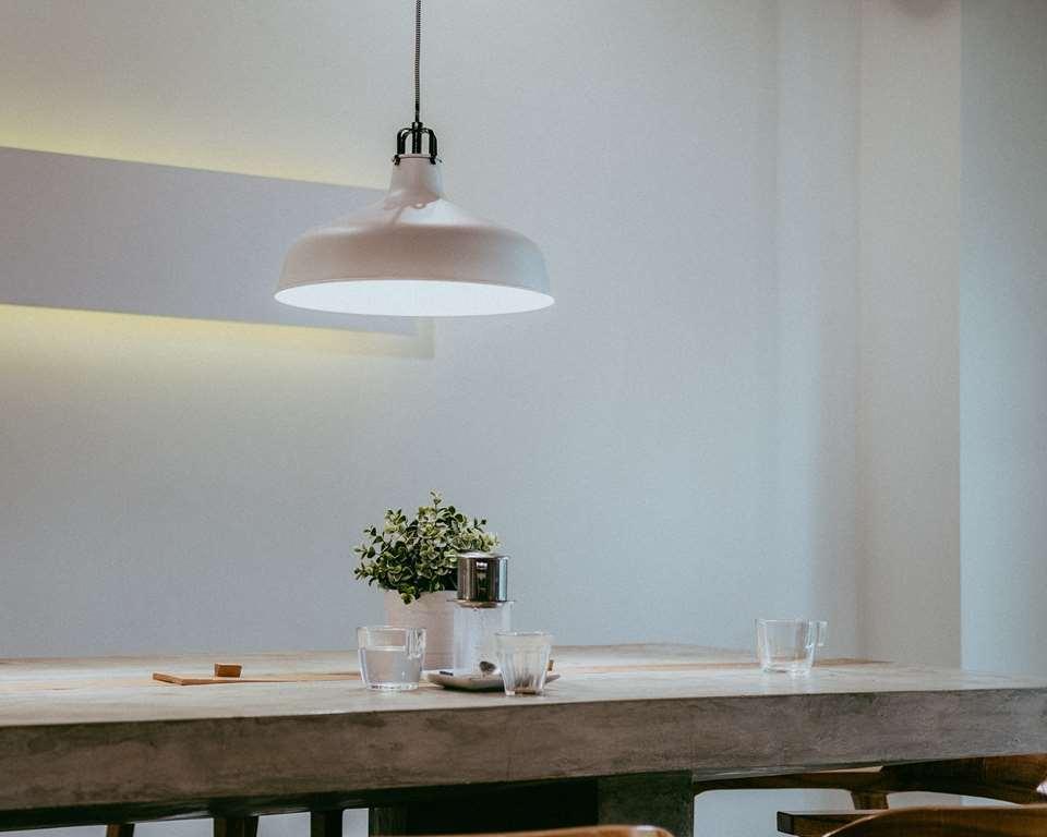 תאורה בהירה בבית עסק לממכר מזון