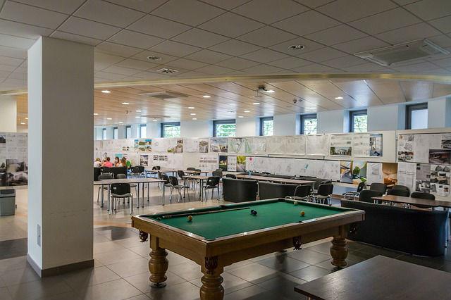 משרד מעוצב עם שולחן ביליארד במרכז