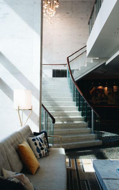 שילוב בטון במדרגות בבית פרטי